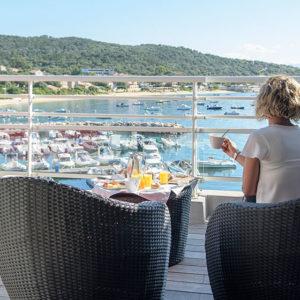 terrasse déjeuner Master Suite vue mer en Corse du Sud