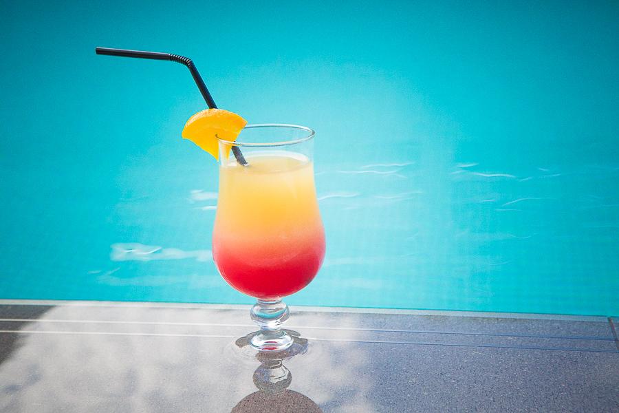 Cocktails à la piscine en Corse du Sud